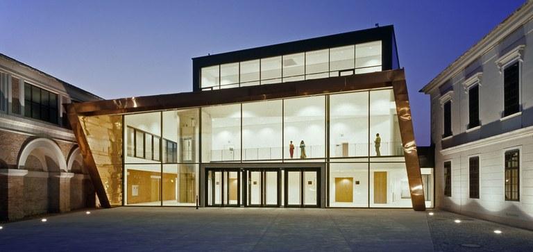 Der Konzertsaal Auditorium besticht durch seine klare Architektur, seine erstklassige Akustik, die vielfältigen Nutzungsmöglichkeiten und die Anbindung an die historische Reitschule.