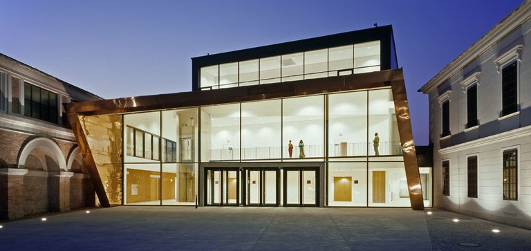With its clean lines, first-class acoustics, varied usage options and connection to the historic Reitschule, the Auditorium concert hall is a captivating piece of architecture.